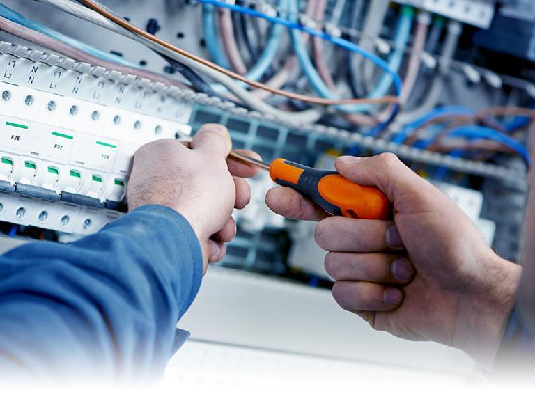 Specjalista pracujący przy instalacji elektrycznej